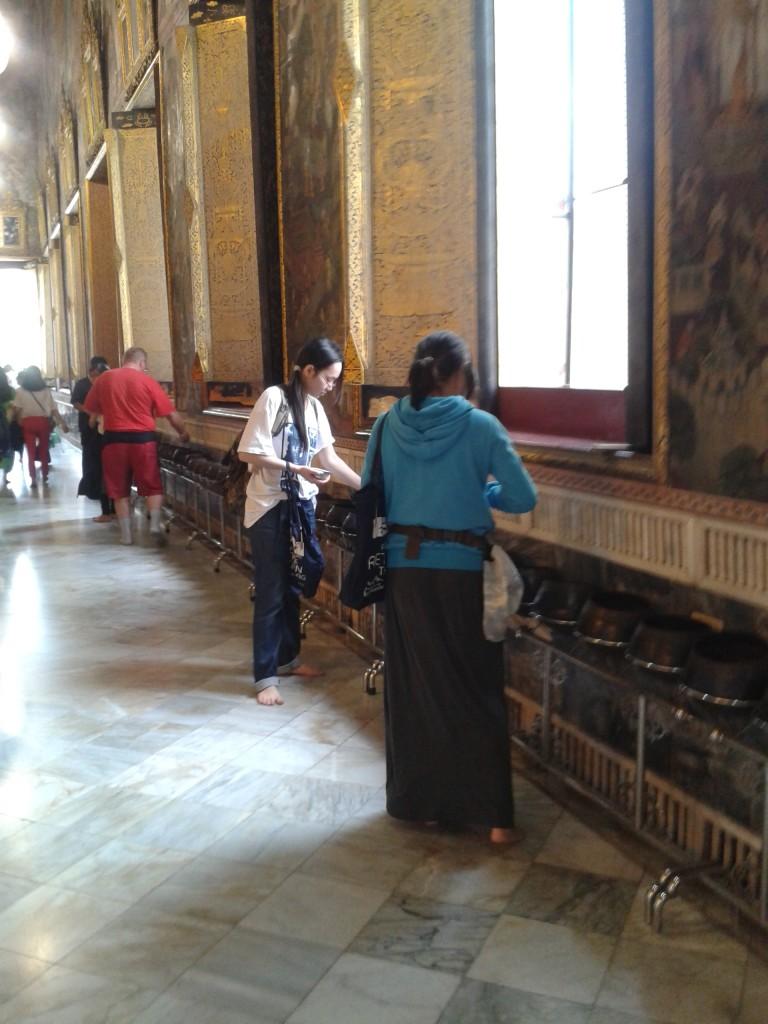 """Wat Pho Podobno wrzucanie po 1 monecie do każdego """"kociołka"""" przynosi szczęście"""