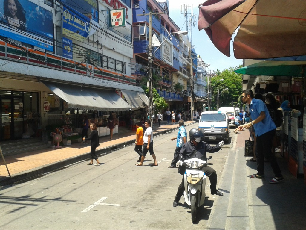 Ulica z busami koło Victory Monument