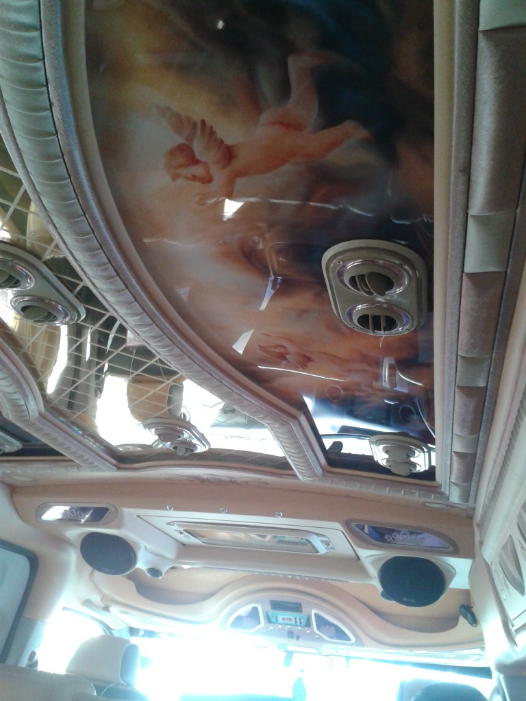 Bus do Ayutthaya Jakże gustowny sufit naszego busa :)