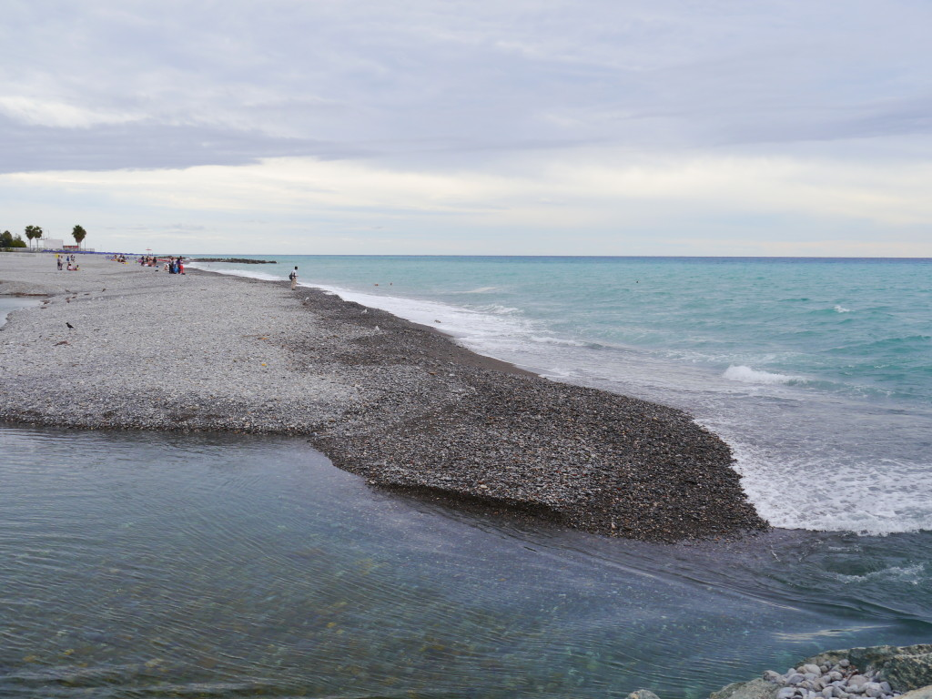 Ujście rzeki do morza w Ventimiglia