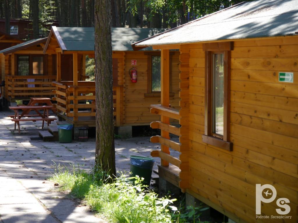 Na terenie campingu można wynająć takie własnie domki :)