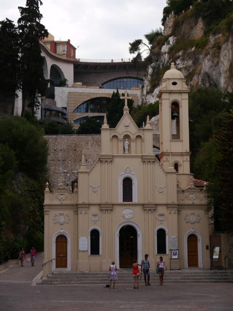 Kościół niedaleko portu wciśnięty między apartamentowce