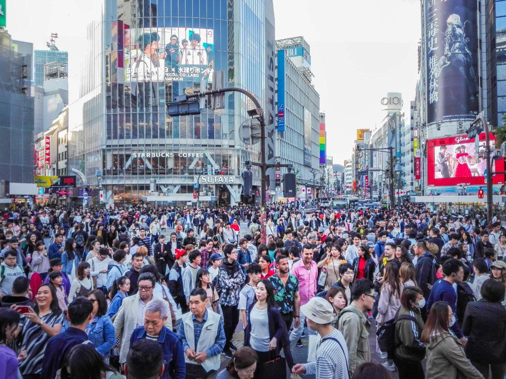 Skrzyżowanie Shibuya w Tokio (Japonia) by Podróże Szczęściary