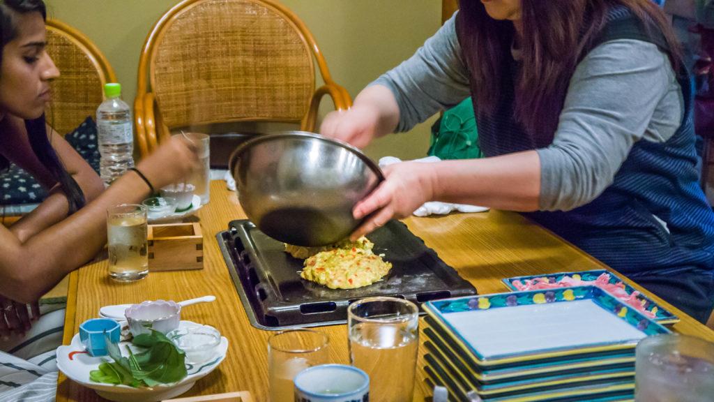 Okonomiyaki- Atrakcje Airbnb - tradycyjna japońska kolacja w Kyoto (Japonia by Podróże Szczęściary)